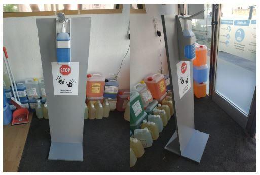Hygienesäule Holz mit Desinfektionsspender